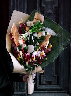 Bouquet mit gemischter wurst und brot