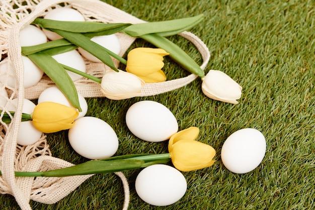 Bouquet von blumen weiße eier feiertag ostern tradition frühling auf dem gras