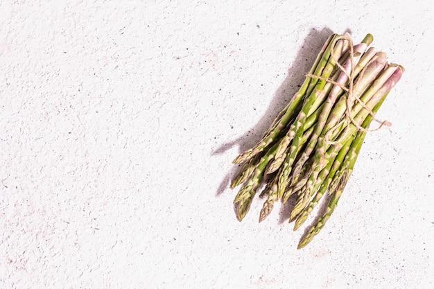 Bouquet von frischen weißen pfingstrosen. zarte sommerblumen, romantisches geschenkkonzept. blumenarrangement, trendiges hartes licht, dunkle schatten. weißer alter plankenhintergrund Premium Fotos