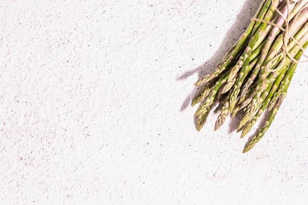 Bouquet von frischen weißen pfingstrosen. zarte sommerblumen, romantisches geschenkkonzept. blumenarrangement, trendiges hartes licht, dunkle schatten. weißer alter plankenhintergrund