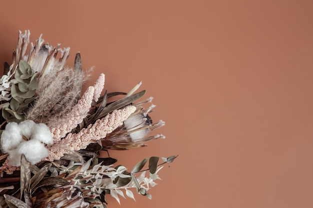 Bouquet von getrockneten wildblumen, baumwolle und blättern flach liegen.