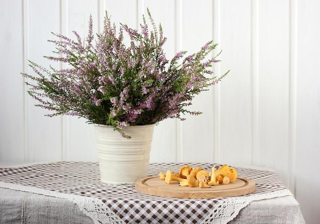 Bouquet von heide- und pfifferlingen