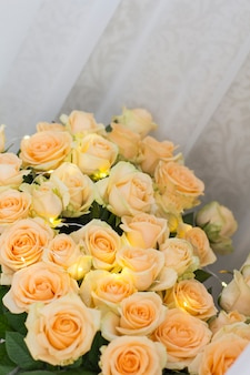 Bouquet von pfirsich rosen mit girlanden