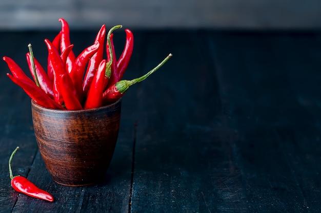 Bouquet von red hot chili peppers in alten tasse