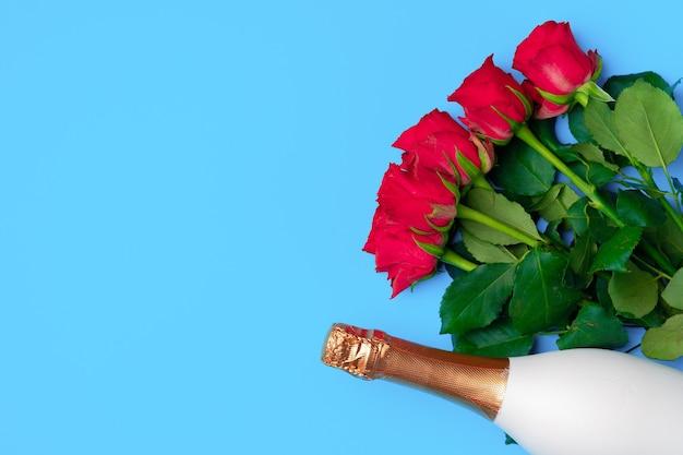 Bouquet von rosen und champagner draufsicht