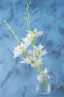 Bouquet von schönem lilientiger in einer glasvase.