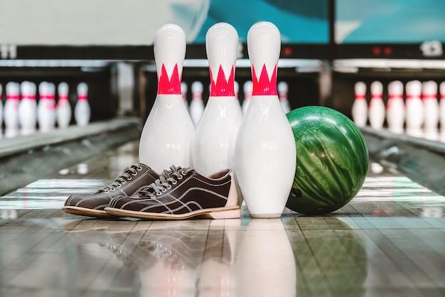 Bowlingkugel und stifte und schuhe