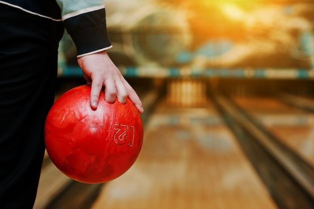 Bowlingkugel zur hand des mannes, kegelbahn
