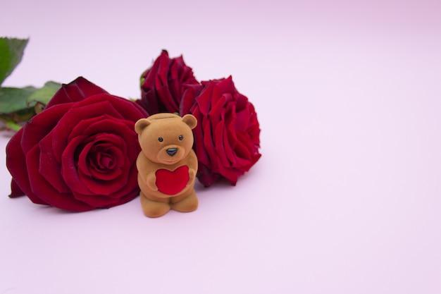 Box für einen teddy ring mit einem roten herzen und rosen