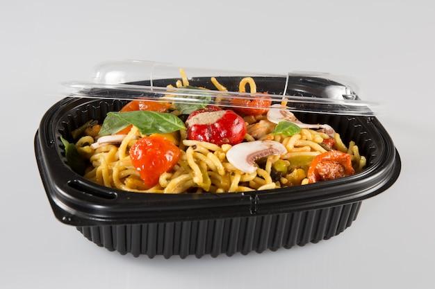 Box mit chinesischem essen isoliert in weiß
