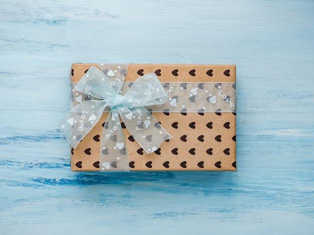 Box mit einem geschenk, mit einem band gebunden, hinweis mit süßen worten