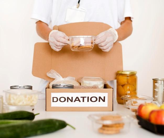 Box mit essen für die spende vorbereitet