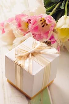 Box mit geschenk und tulpen für mama