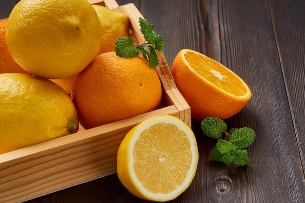Box mit hellen saftigen orangen und zitronen.