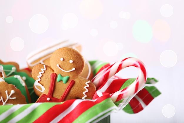 Box mit leckeren weihnachtsplätzchen auf hellem hintergrund, nahaufnahme