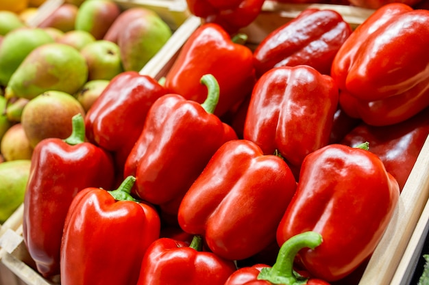Box mit roter paprika. von oben betrachten. konzeptmarkt, gastronomie