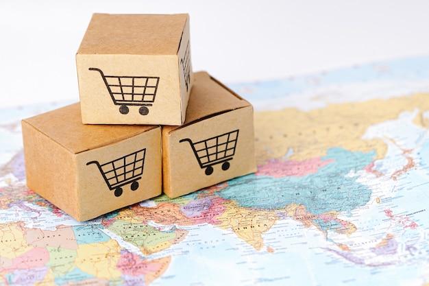 Box mit warenkorb-logo auf asien-karte: import export shopping online oder e-commerce-finanzlieferdienst store produktversand, handel, lieferantenkonzept.