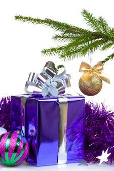 Box mit weihnachtsgeschenk und dekorationen