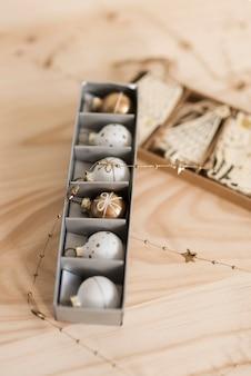 Box mit weihnachtsschmuck