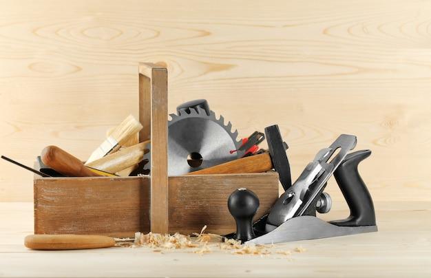 Box mit zimmermannswerkzeugen auf holz