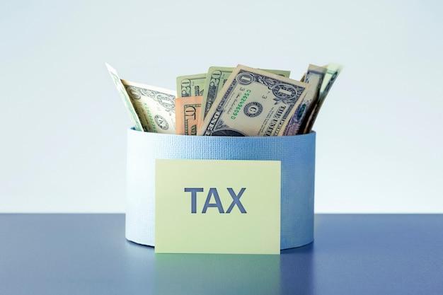 Box voller geld mit steuertext. pay taxes concept.