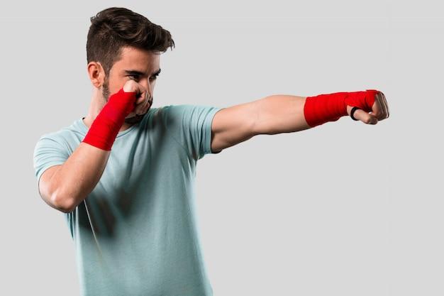 Boxen des jungen mannes mit handschuhen