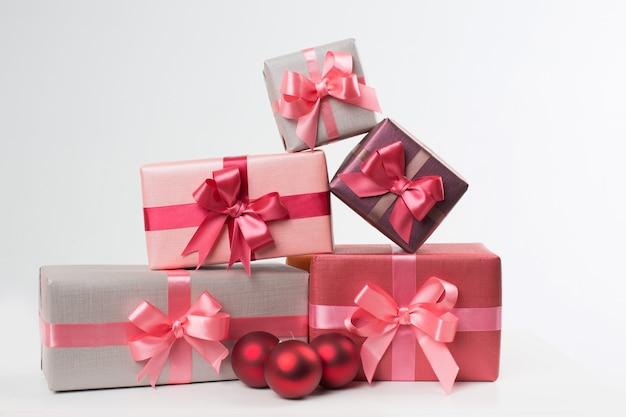 Boxen mit geschenken lokalisiert auf weißem hintergrund