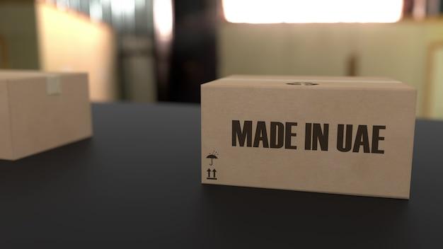 Boxen mit made in uae text auf dem förderband. waren im zusammenhang mit den vereinigten arabischen emiraten. 3d-rendering.