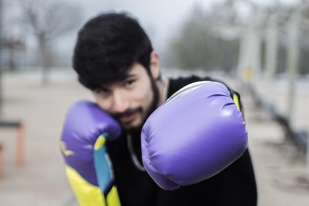 Boxer athlet mit bandagen und handschuhen für streichhölzer