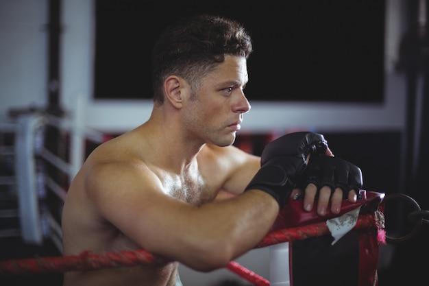 Boxer auf boxring gelehnt
