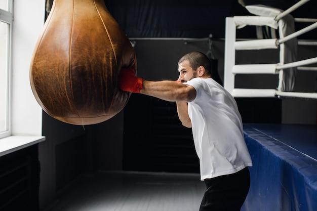 Boxer bereit zu kämpfen. boxen, training, muskeln, kraft, kraft.
