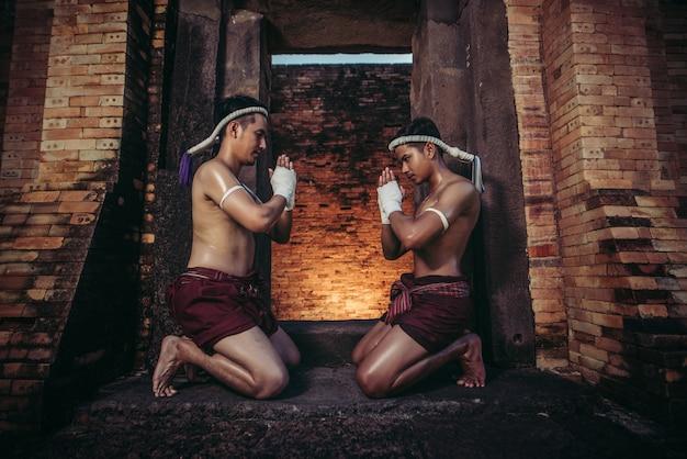 Boxer binden das seil in ihre hände und hände, um den lehrer zu respektieren.