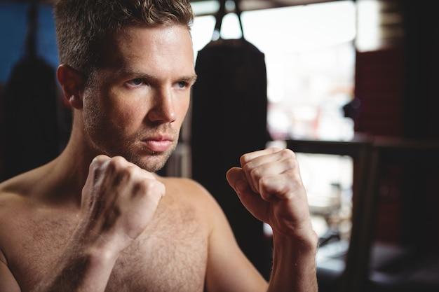 Boxer, der eine boxhaltung ausführt