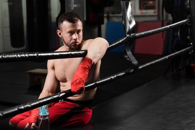 Boxer, der eine pause vom training macht