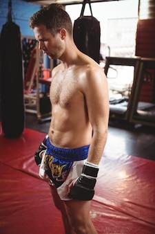 Boxer, der im fitnessstudio steht