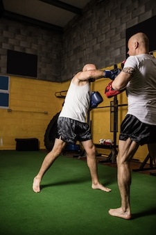 Boxer, die im fitnessstudio boxen üben