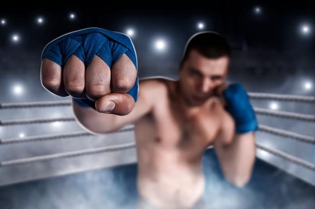 Boxer im blauen handgelenk wickelt sich auf das training.