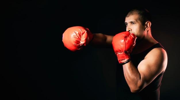 Boxer kämpft und trainiert mit boxhandschuhen und einem hemd