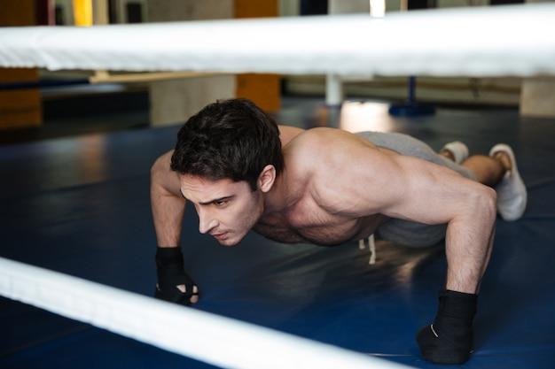 Boxer liegestütze im fitnessstudio