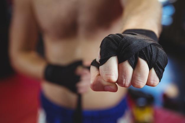 Boxer mit schwarzem riemen am handgelenk