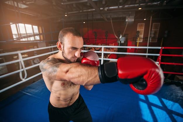 Boxer mit tätowierung auf einer schulter.