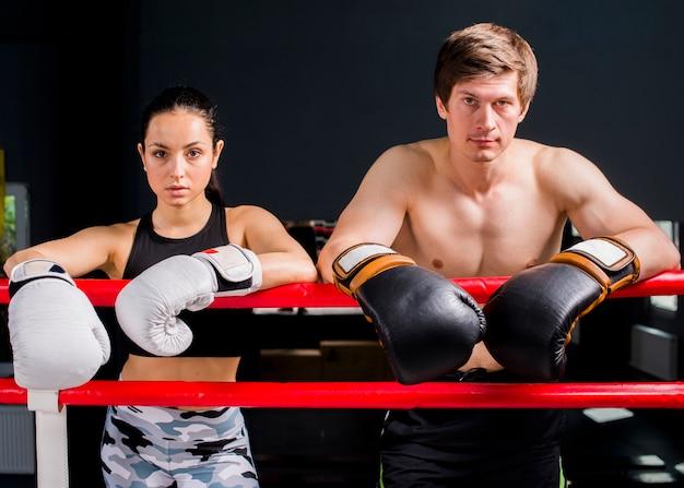Boxer posieren im fitnessstudio
