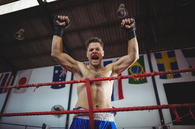 Boxer posiert nach dem sieg