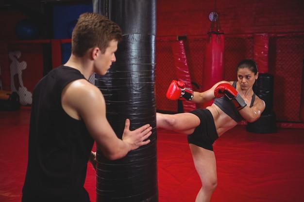Boxerin, die mit trainer übt