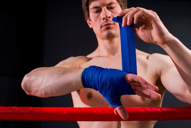 Boxerjunge, der an der turnhalle aufwirft