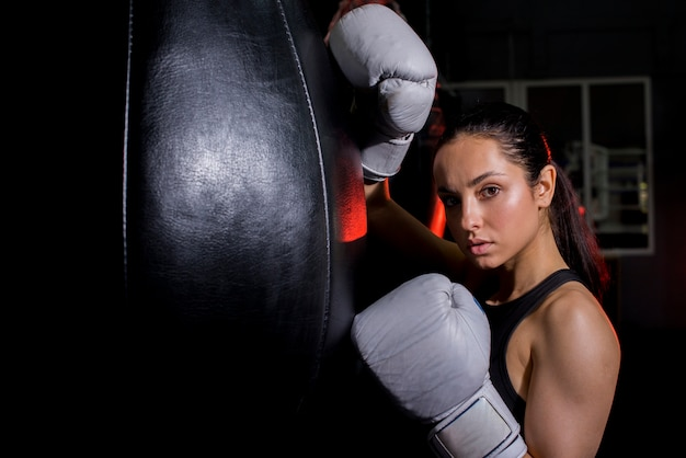 Boxermädchen, das an der turnhalle aufwirft