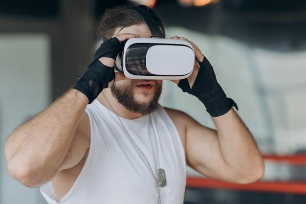 Boxermann mit vr gläsern kämpfend in simulierter virtueller realität