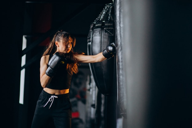Boxertraining der jungen frau an der turnhalle