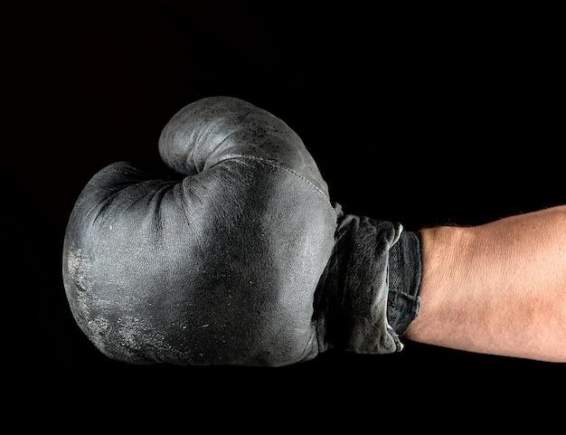 Boxhandschuh auf mannes hand gekleidet