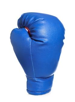 Boxhandschuh auf weißer oberfläche
